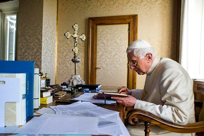 Benedetto XVI nel suo studio