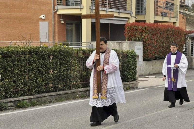 coronavirus sacerdote con croce per le strade 1