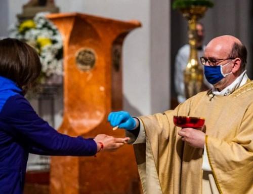 Sono riprese le messe pubbliche in Italia, ma non senza polemiche.