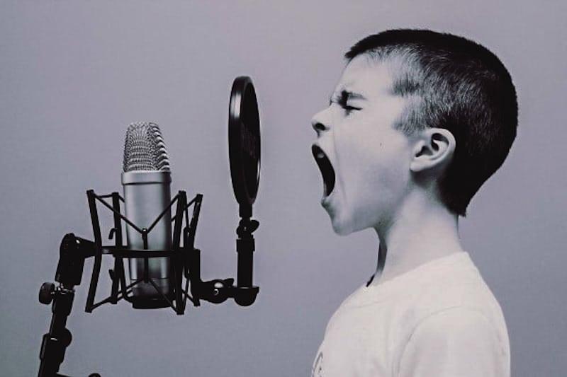Bambino che grida e canta
