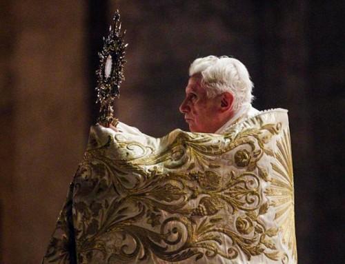 Inginocchiarsi dinanzi al Corpus Domini è il rimedio più valido e radicale contro le idolatrie di ieri e di oggi