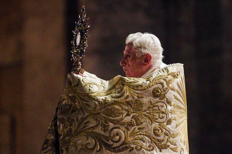 Benedetto XVI in adorazione eucaristica