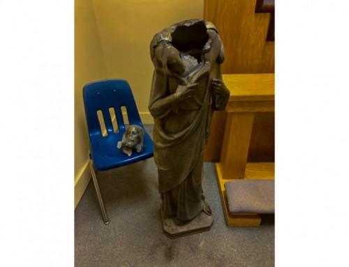Decapitata la statua di Gesù Buon Pastore, imbrattata di vernice rossa la statua della Beata Vergine Maria