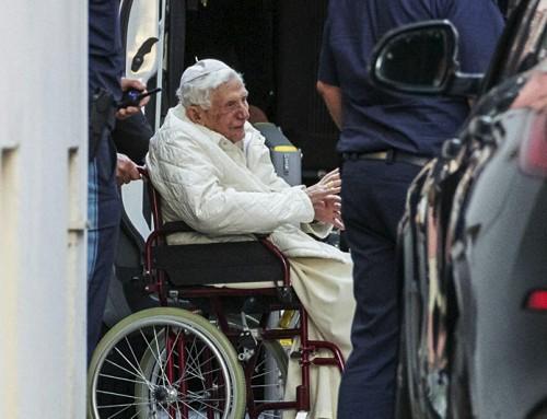 Il Papa emerito Benedetto XVI malato dopo la visita in Germania