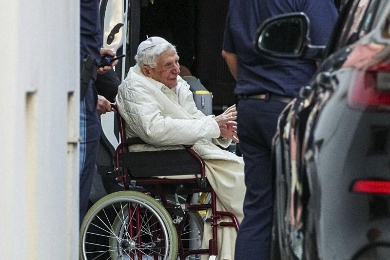 Benedetto XVI di ritorno dalla Germania in visita al fratello gravemente malato.