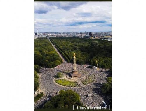 Una grande folla a Berlino protesta contro le restrizioni della democrazia per il COVID