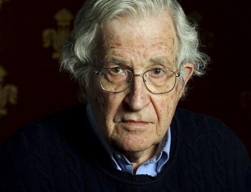 """Chomsky: """"Difendiamo il diritto alla libertà di espressione per idee che detestiamo"""""""
