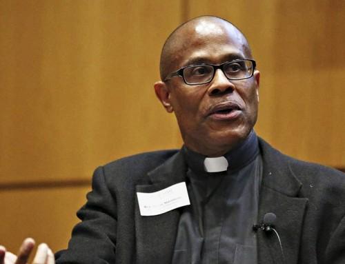 Un sacerdote cattolico elogia le coppie dello stesso sesso con bambini definendole 'famiglie sante'