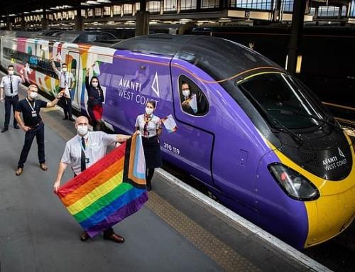 """Il """"Pride train"""" della Avanti West Coast fa infuriare i passeggeri LGBT che chiedono: """"Quando questi patetici esibizionisti delle virtù impareranno che siamo come tutti gli altri?"""""""