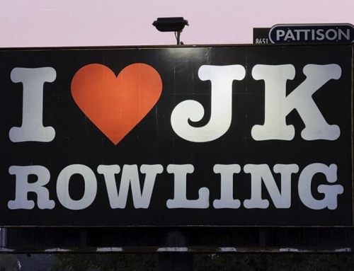 """Il cartellone """"I Love JK Rowling"""" è stato tolto dopo che gli attivisti Trans hanno espresso il loro sdegno"""