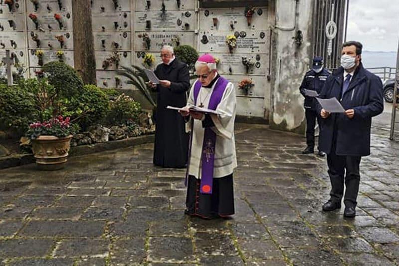 Vescovo-Cimitero-Coronavirus-