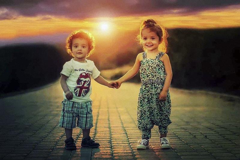 bambini per mano in estate