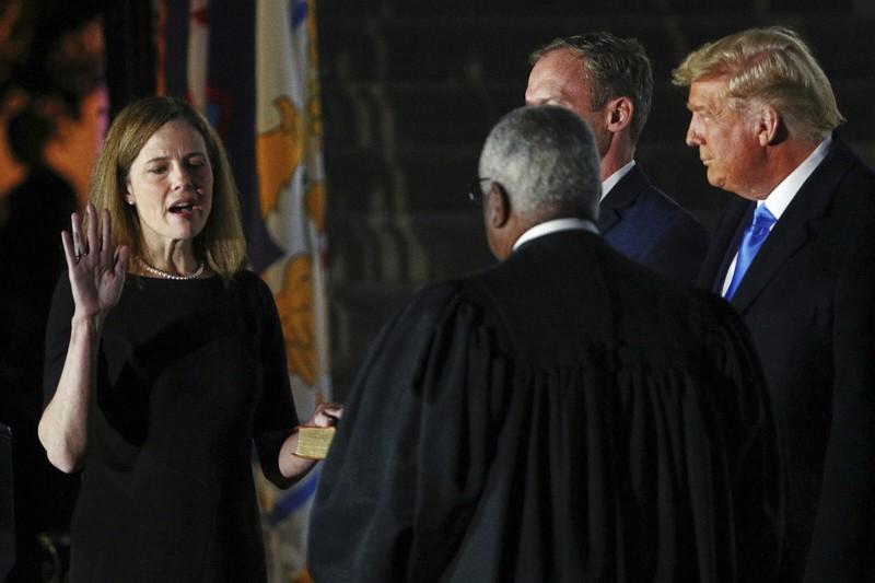 Amy Coney Barrett giura come giudice della Corte Suprema