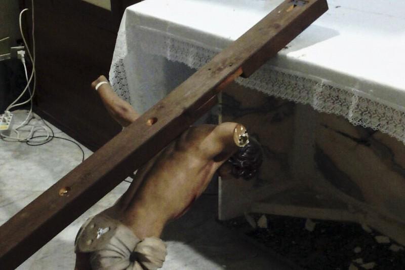Crocifisso distrutto chiesa profanata profanazione