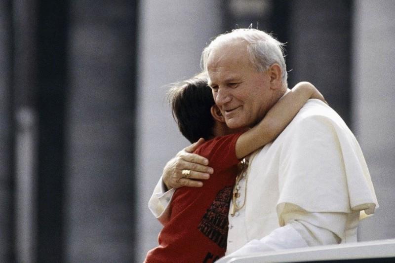 Giovanni-Paolo-II-abbraccia-un-bambino