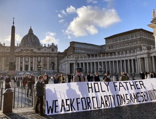 Cattolici pregano in piazza San Pietro perché venga fatta chiarezza dopo il discorso di papa Francesco sulle Unioni Civili