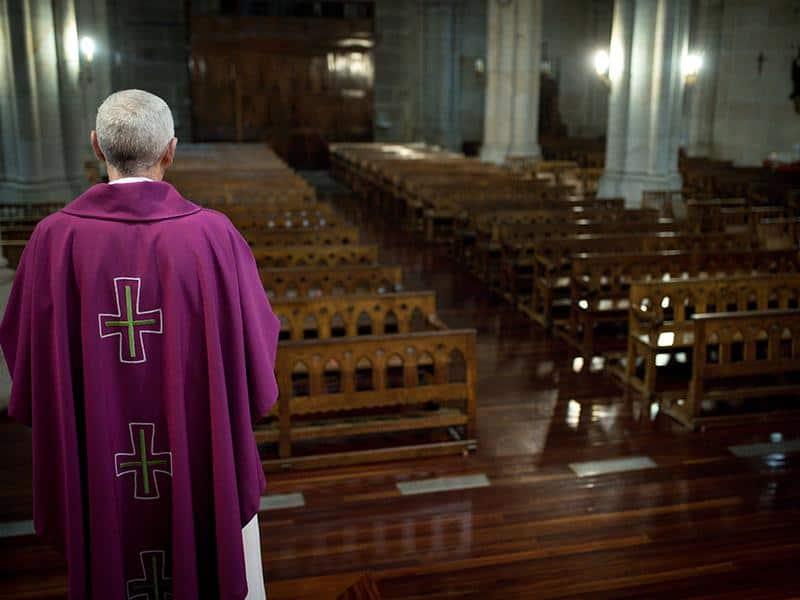 chiesa prete coronavirus vuota
