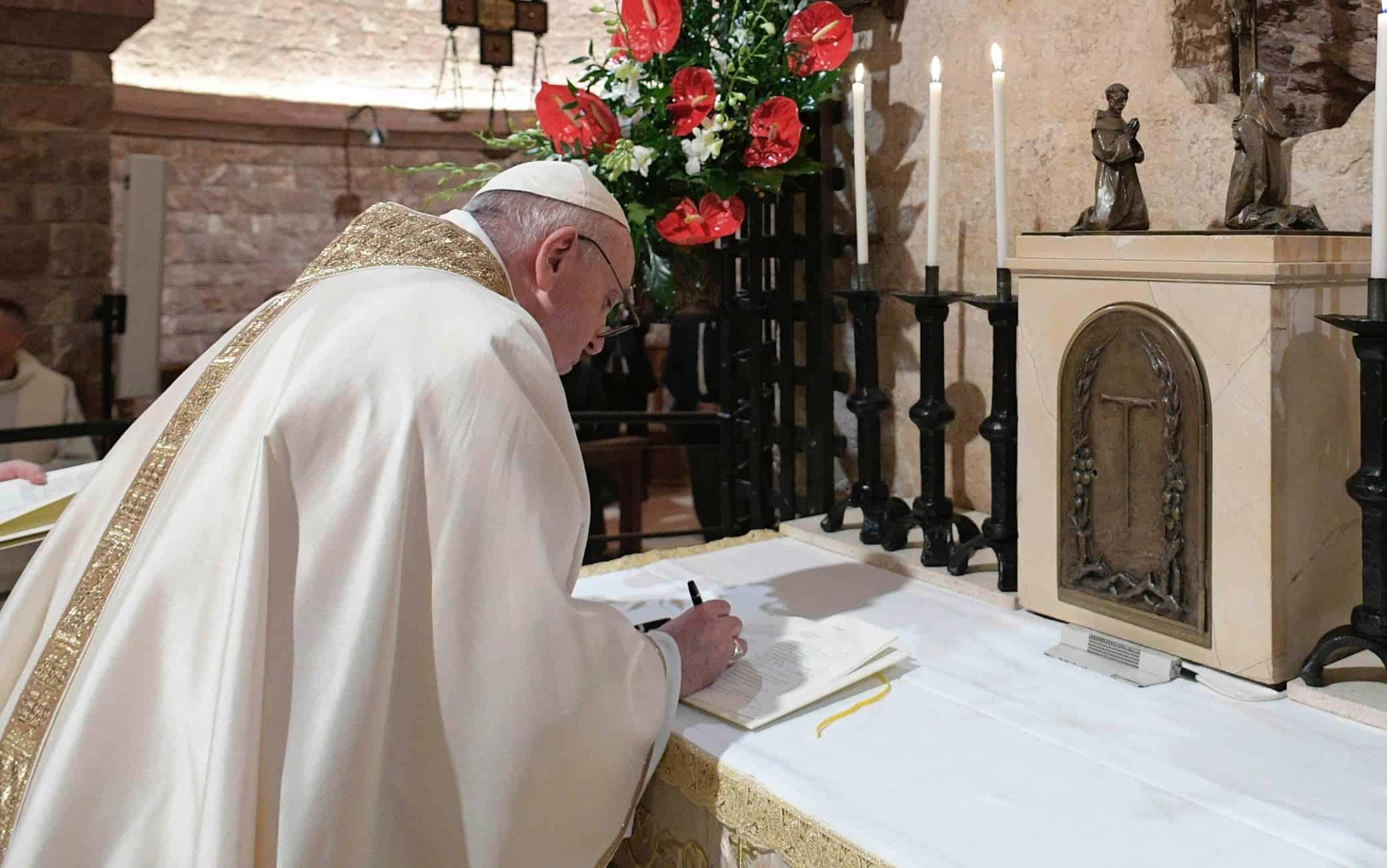papa Francesco firma enciclica Fratelli tutti foto ANSA
