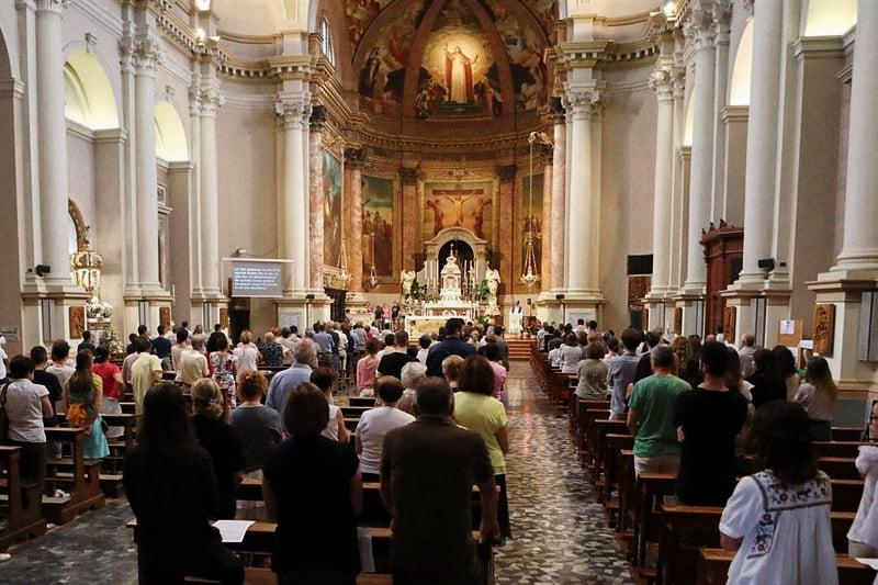 Chiesa-con-fedeli-alla-messa