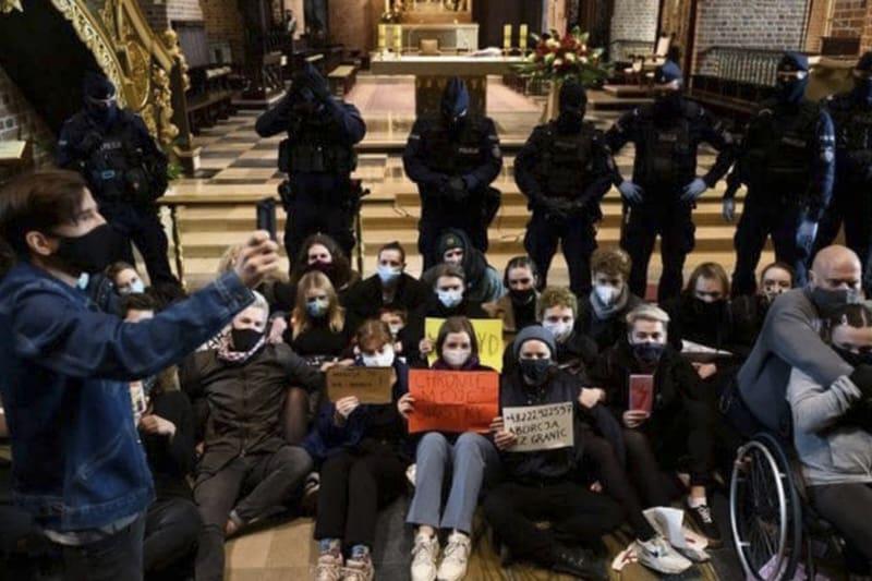 Polonia-dopo aver fatto irruzione durante la celebrazione inscenano una protesta