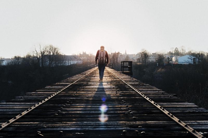 camminare verso l'orizzonte