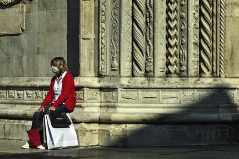 donna-seduta-vicino-alla-chiesa-con-mascherina-1