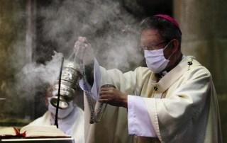 sacerdote-con-mascherita-e-incensiere-incenso-1