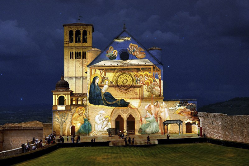 Per questo Natale, la Basilica superiore di Assisi si trasforma in un Presepe a cielo aperto: vengono infatti proiettati sulla sua facciata le immagini dei meravigliosi dipinti di Giotto.