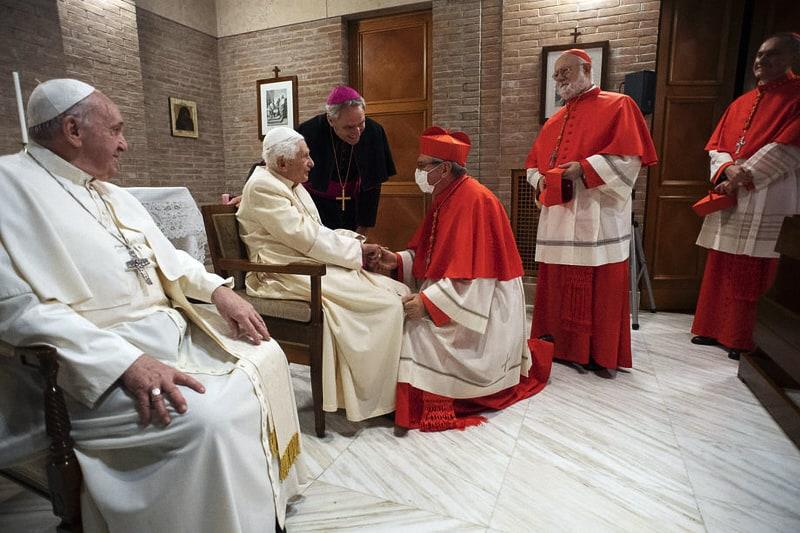 Papa Benedetto XVI, insieme a Papa Francesco, incontra i nuovi cardinali 28.11.2020 (EPA-EFE/VATICAN MEDIA)