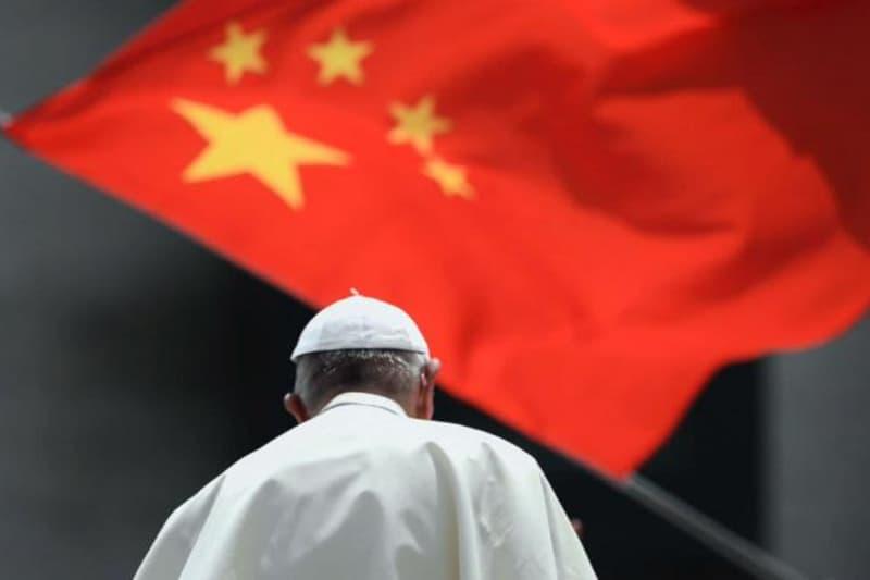 Bandiera-cinese-e-Papa-Francesco