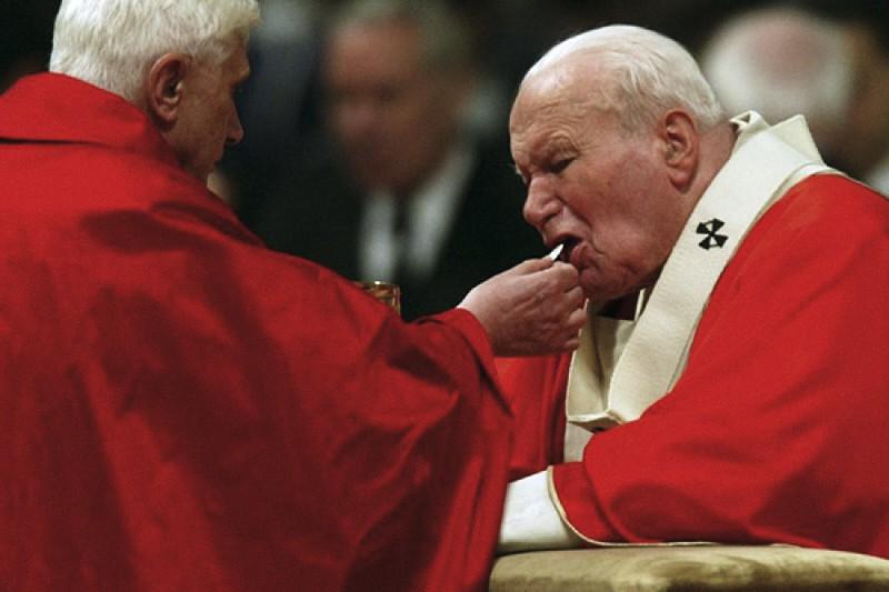 Giovanni Paolo II riceve da Benedetto XVI la Comunione in ginocchio