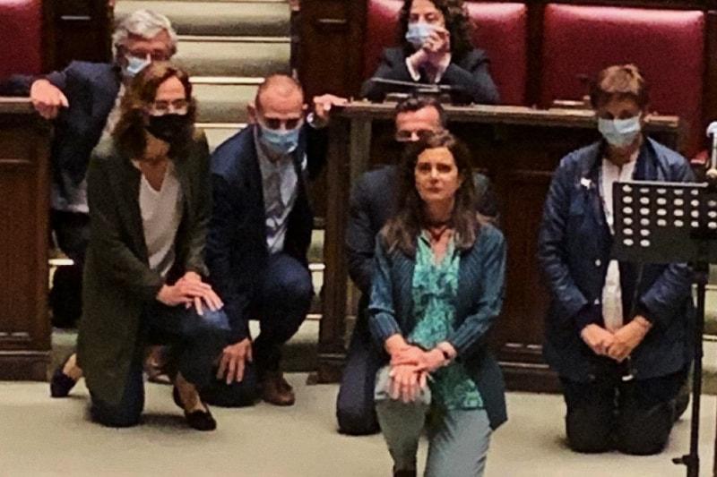 Laura Boldrini, già presidente della Camera, si inginocchia