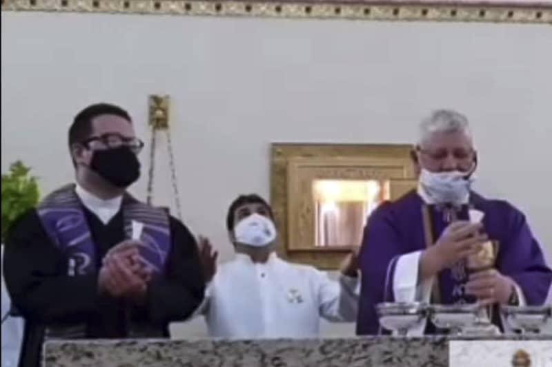 Padre Jose Carlos Pedrini concelebra con ministro protestante