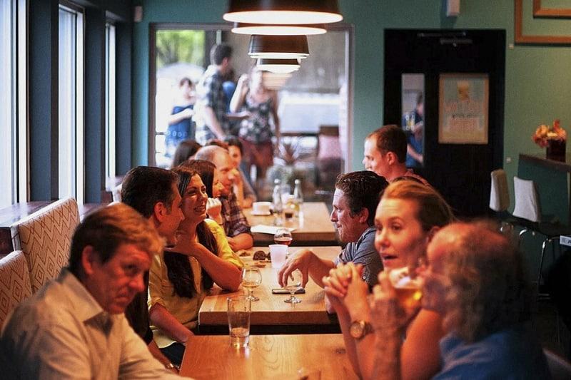 ristorante persone a tavola