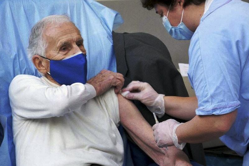 vaccino covid anziano (foto fb niguarda)