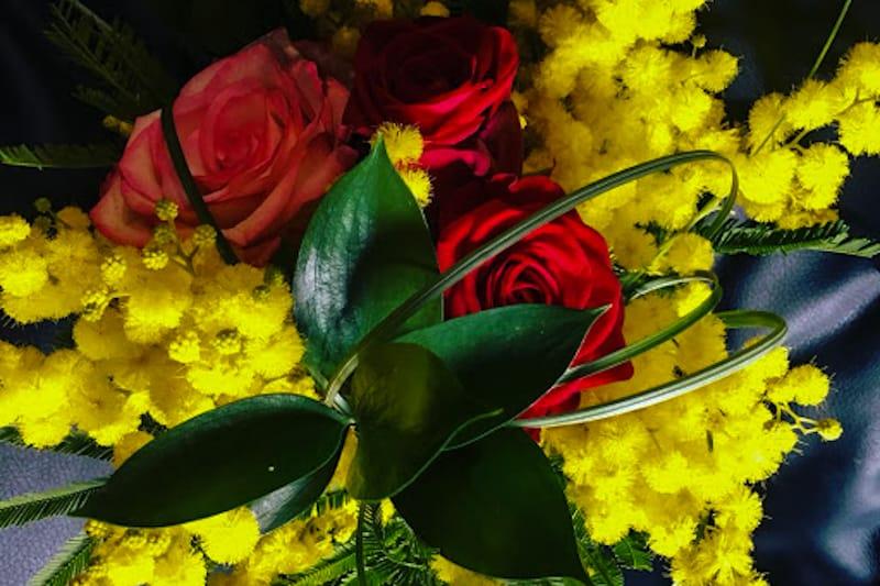 Mimose e rose mazzo