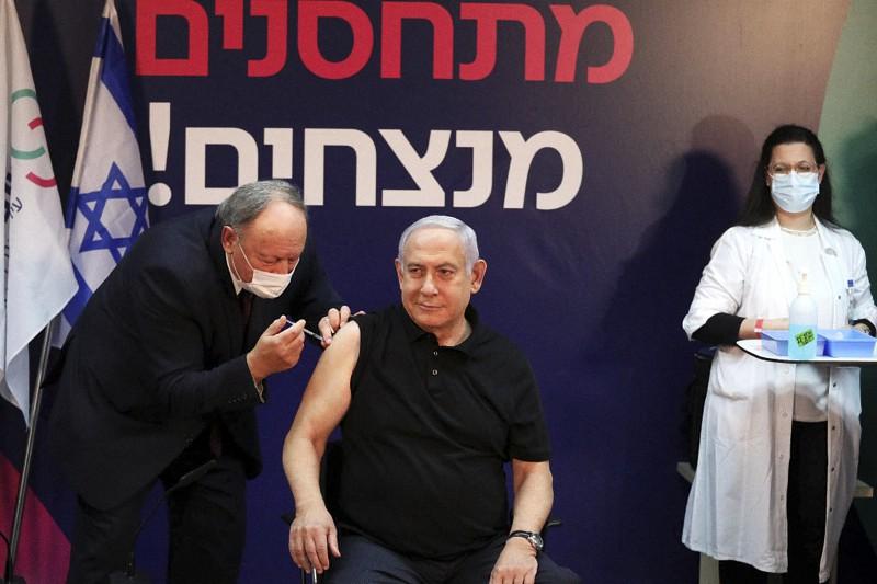 Netanyahu, Primo Ministro israeliano, si vaccina contro il covid