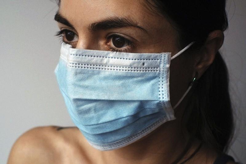 covid-mascherina-virus- giovane donna