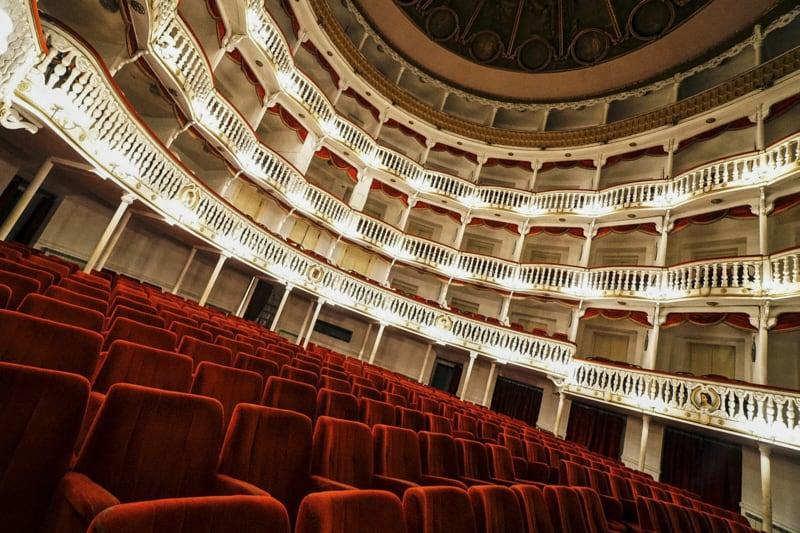 Teatro vuoto (foto: ANSA/CESARE ABBATE)