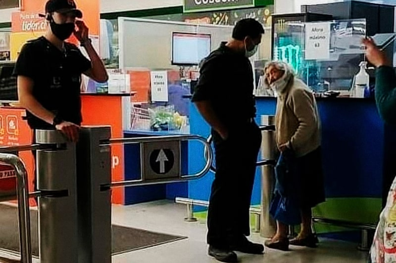 Isolina Grandón che cerca di entrare nel supermercato