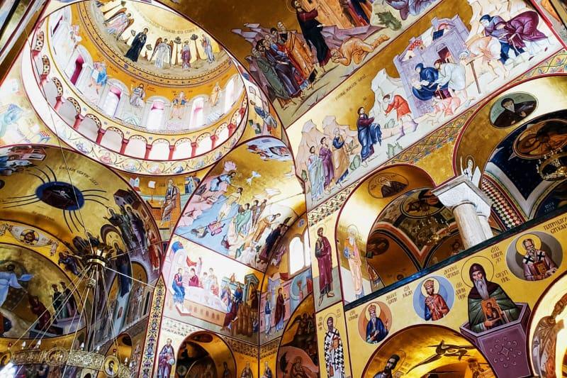 La Cattedrale della Resurrezione di Cristo ricoperta di murales, Podgorica, Montenegro