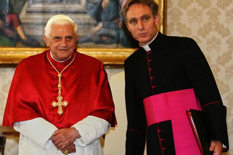 Papa-Benedetto-XVI-e-il-suo-personale-segretario-lallora-Monsignor-Georg-Ganswein
