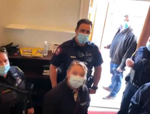 (Video) Fuori di qui! La polizia cacciata da una chiesa in Canada, dove voleva fermare le celebrazioni pasquali