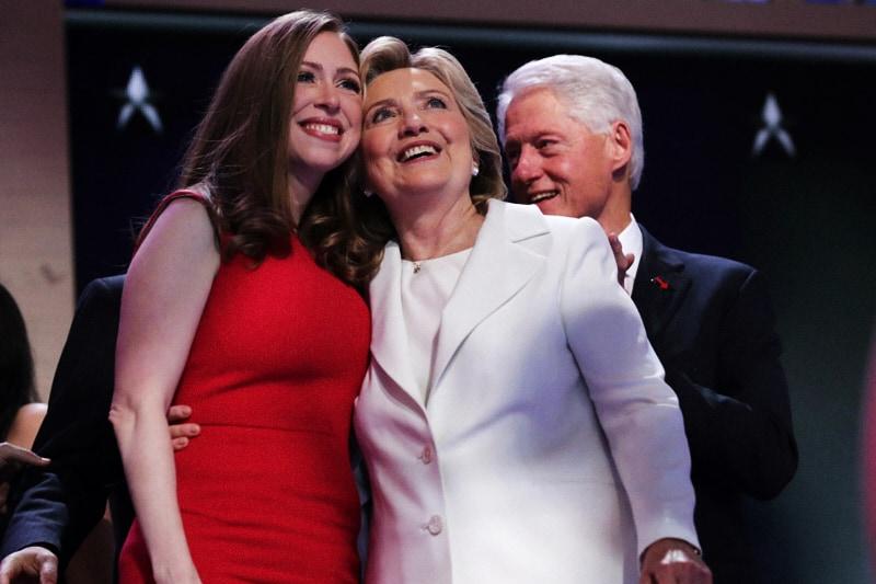 Chelsea Clinton con sua madre Hillay e il padre Bill