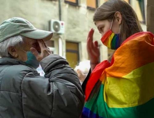 Video: Anziana cattolica in lacrime bacia i piedi dell'attivista LGBT arrabbiata, poi si fanno il segno della croce insieme