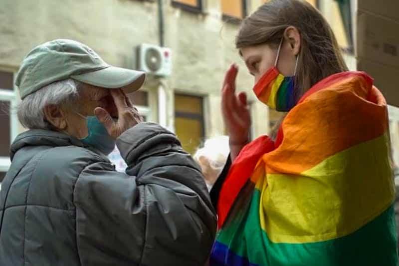 Donna anziana con attivista LGBT