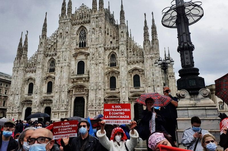 Sentinelle in piedi in Piazza Duomo a Milano 15 maggio 2021