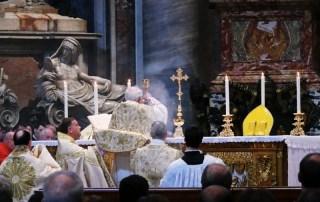 Roma, basilica papale di san Pietro, 15 maggio 2011: all'altare della Cattedra, il card. Brandmüller celebra la Santa Messa secondo il rito tradizionale