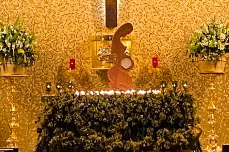 L'ostensorio della pachamama nella parrocchia di San Giovanni Macias a Zapopan, Messico.