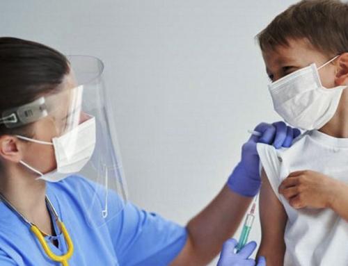I ragazzi sono fino a sei volte più a rischio di effetti collaterali col vaccino Pfizer rispetto alla Covid, suggerisce uno studio